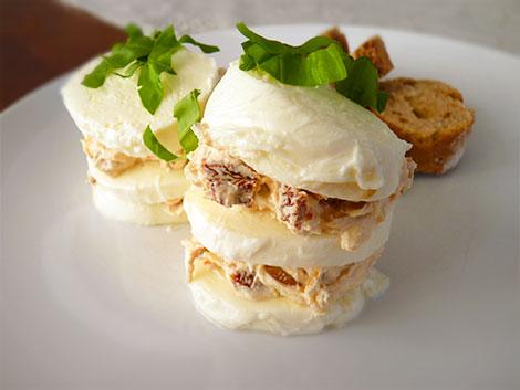Mozzarella-Turm mit Parmaschinken als Vorspeise