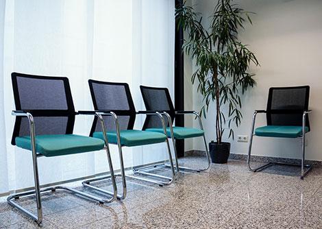 Ein Freischwinger ist ein leicht schaukelnder Stuhl ohne Hinterbeine