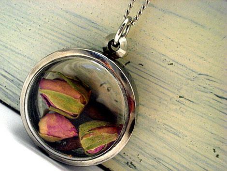 Schmuckanhänger mit getrockneten Rosen