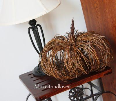 Herbstdeko basteln aus Kürbis, Holz, Zweigen und anderen Materialien