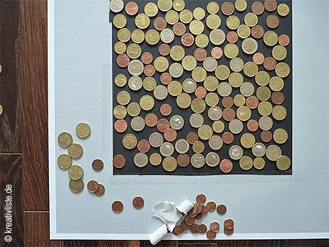 Münzen auf Tonkarton kleben
