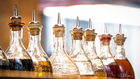Kräuter-Öle können gut dekorativ angeordnet werden