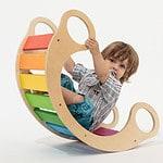 Designer-Wippe aus Holz in Regenbogenfarben
