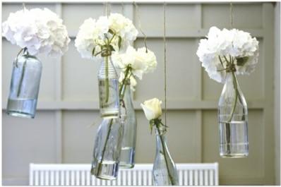 Blumen in der Flasche als Dekoration für die Tauffeier