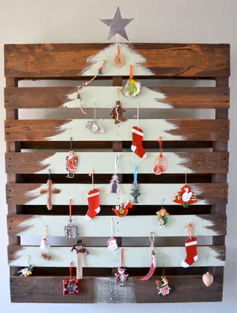 Weihnachtliche Dekoration auf einer Holzpalette
