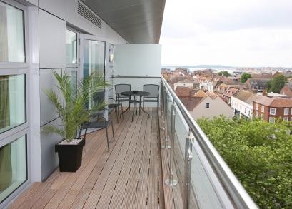 Pflanzkübel aus Polyrattan für die Gestaltung von Balkonen oder Außenanlagen ganzjährig geeignet
