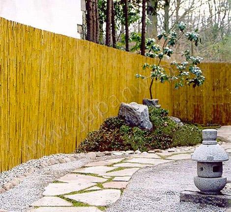 Der Bambuszaun begrenzt den Garten auf natürliche Art