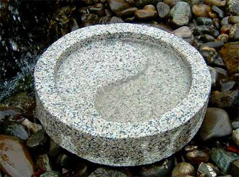Brunnen Yin Yang als Wasserstelle im Japangarten