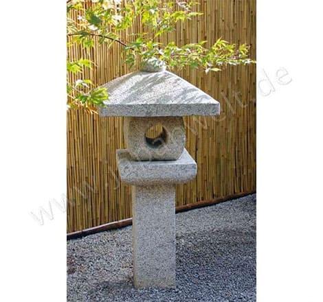 """Die japanische Steinlaterne bringt das Element """"Feuer"""" in den Garten"""