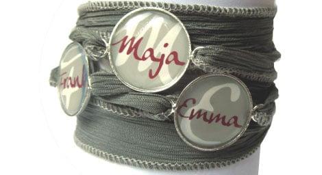 Personalisierte Geschenkideen wie hier ein Armband mit Namens-Anhängern