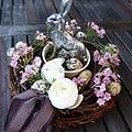 Osterkranz basteln aus Zweigen und künstlichen Blüten