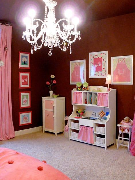 Farbliche Abwechslung bringen Accessoires wie Bilder, Teppiche und Gardinen