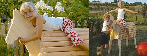 Spielen im Garten mit dem Spielpony Godi aus naturbelassenem Holz