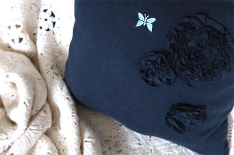 Aus einem alten T-Shirt kann man Rosen-Applikationen herstellen