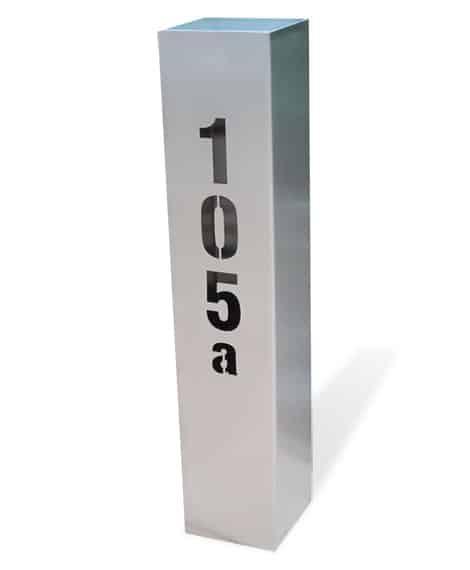 Modern gestaltete Hausnummern gibt es auch in Form einer Edelstahlsäule
