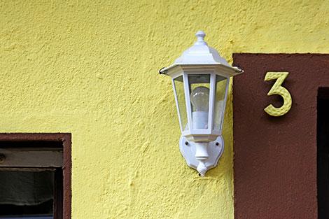 Modern gestaltete Hausnummern als stilvolles Dekoelement einsetzen