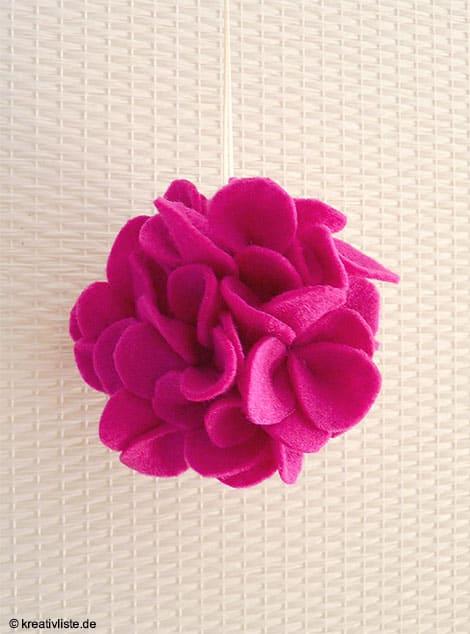 Hängend dekoriert die Filz-Blume  Fenster oder Dekoäste