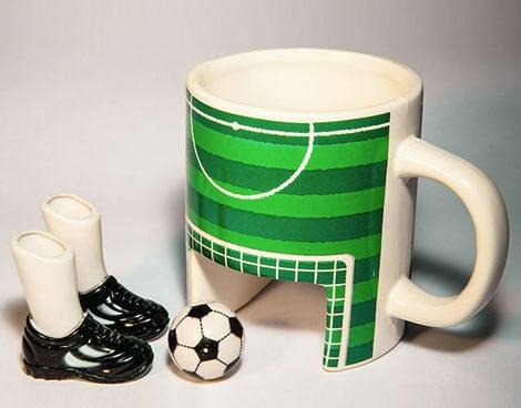 Fußball-Kaffeebecher mit Fingerschuhen