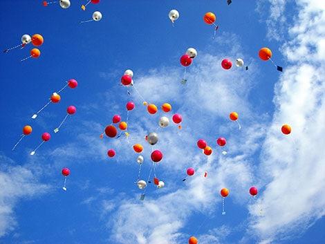 Ideen für persönliche Geschenke zur Hochzeit: Ballons mit Glückwünschen steigen lassen