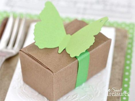 Diese schlichte Geschenkschachtel wurde mit einem Papier-Schmetterling dekoriert