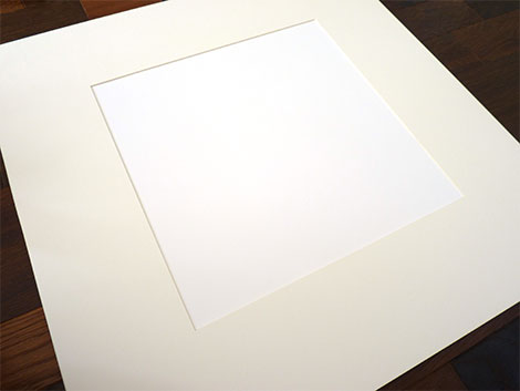So sieht der fertige Passepartout-Ausschnitt mit weißer Tonpappe darunter aus