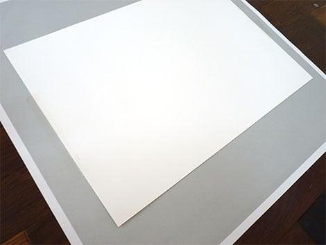 Die Tonpappe muss auf das Untergrundpapier vom Rahmen geklebt werden