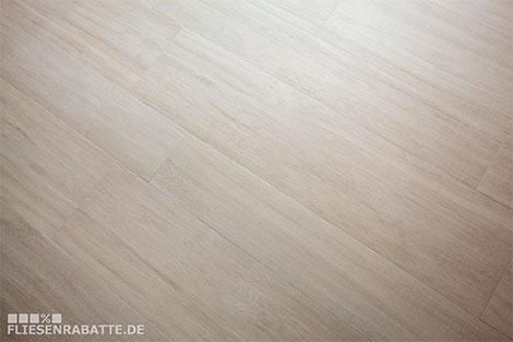 Diese Fliese ist optisch kaum von einem Holzboden zu unterscheiden