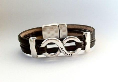 Das Symbol der Unendlichkeit im Armband integriert