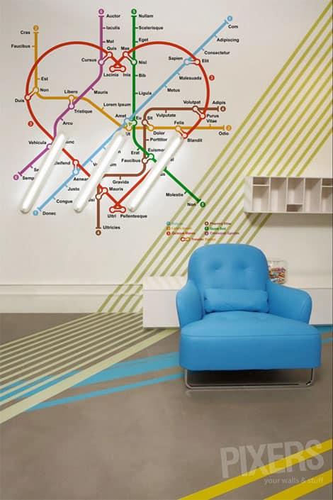 Der U-Bahn-Sticker bringt spielerisch Farbe an die Wand