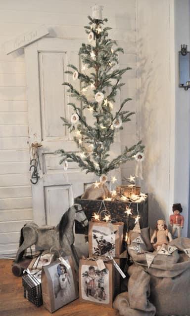 Ein Baum mit nur wenig Schmuck kann ebenflls glänzen, wenn das Drumherum sitmmt© inspirationivitt.blogspot.co.uk