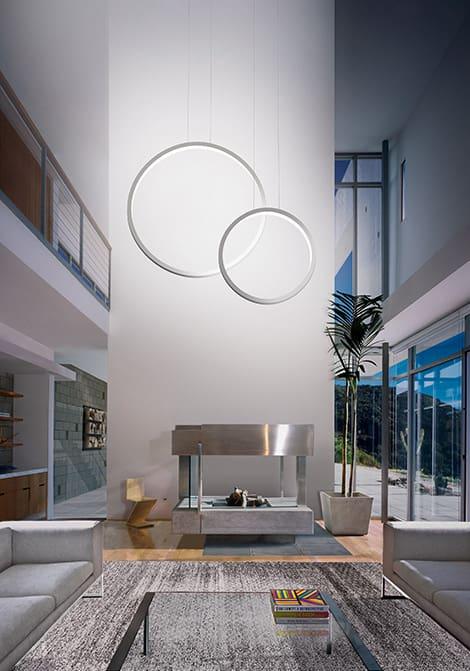 Stilvoll beleuchtet diese Pendelleuchte mit Lichtkreisen von Cini & Nils Assolo