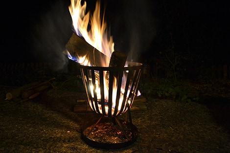 Ein Feuerkorb sorgt auch im Winter bei Punsch und Glühwein gemütliche Stunden im Garten