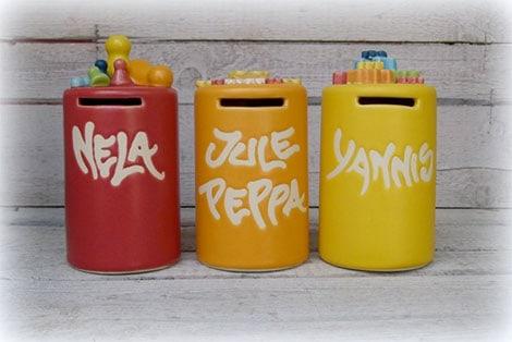 Handgemachte Spardose mit Namen als Verpackung für ein Geldgeschenk