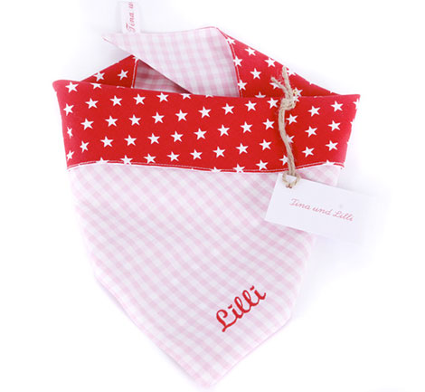 Ein Halstuch ist der ideale Begleiter eines Kindes über viele Monate und Jahre