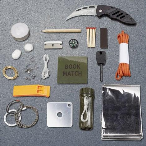 Survival Kit mit vielen kleinen Grundwerkzeugen als praktische Geschenkidee