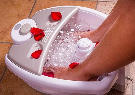 Relaxen mit einem sprudelnden Fußbad