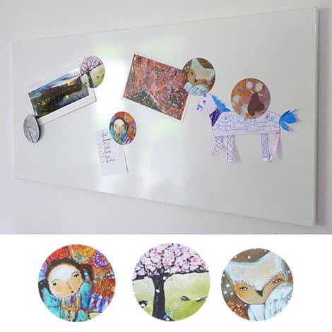 Individuell bedruckte Magneten an einem Memoboard