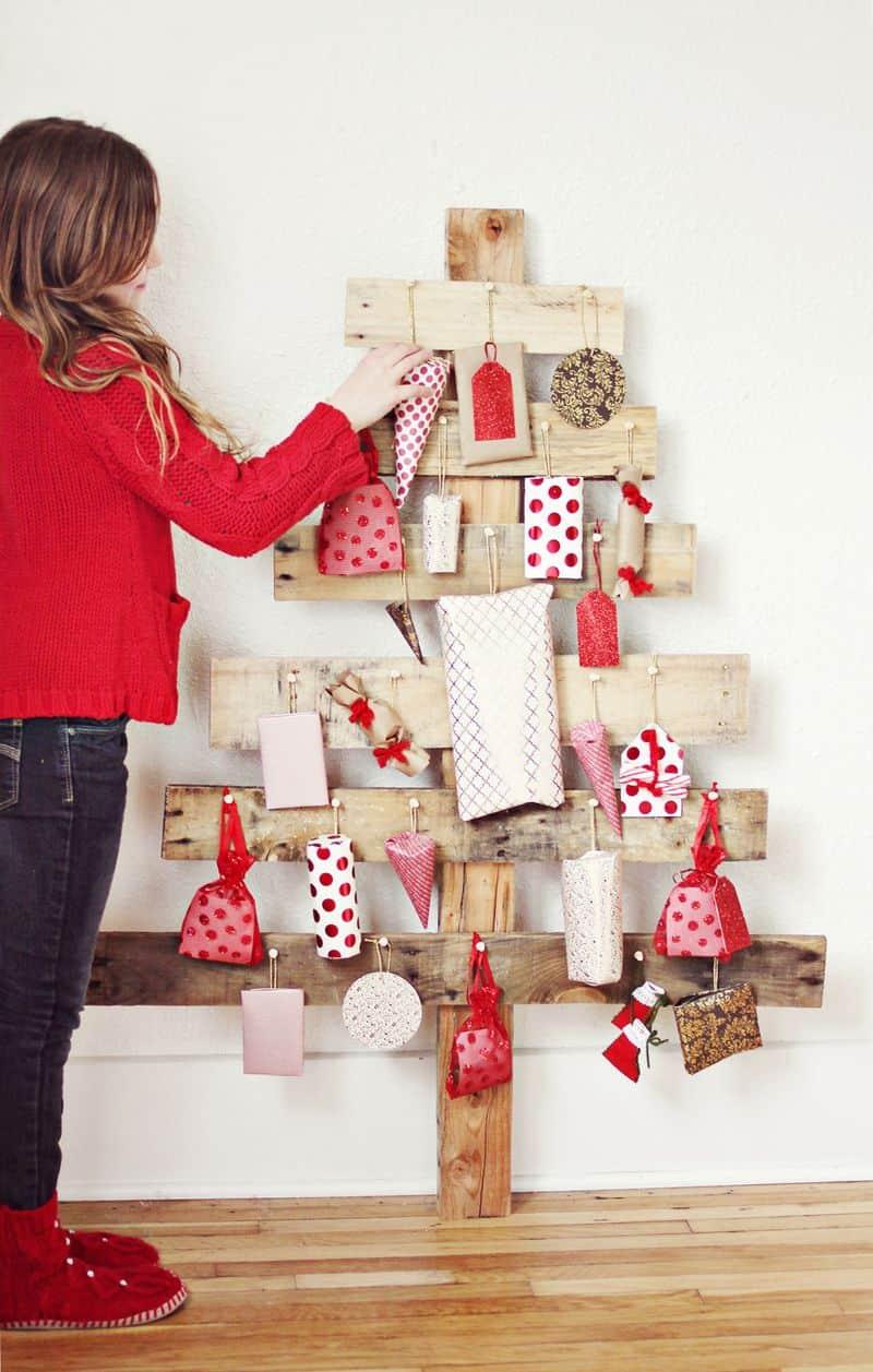 Mit Brettern einen großen Wand-Tannenbaum herstellen und behängen