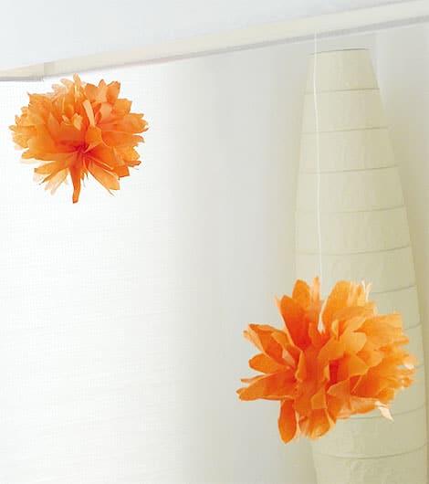 pompoms basteln aus papierservietten als schnelle partydeko. Black Bedroom Furniture Sets. Home Design Ideas
