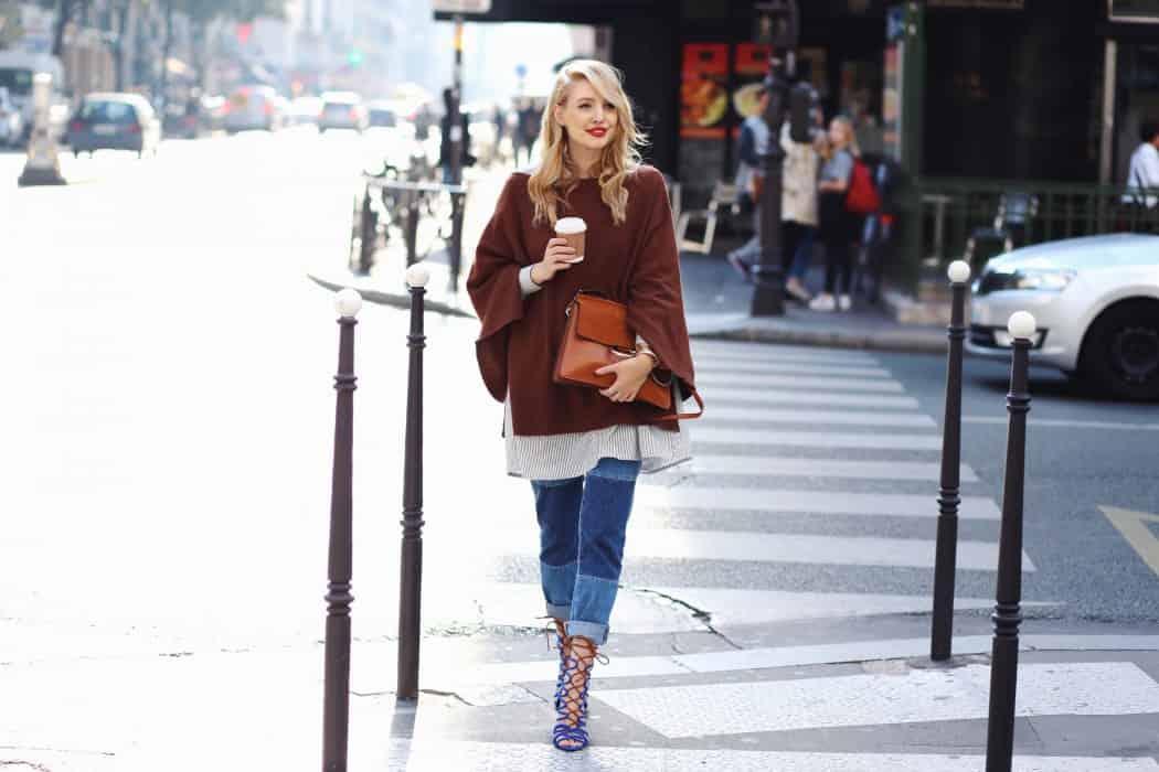 Leonie von ohhcouture.com kombiniert den Poncho gekonnt zur trendy Jeans