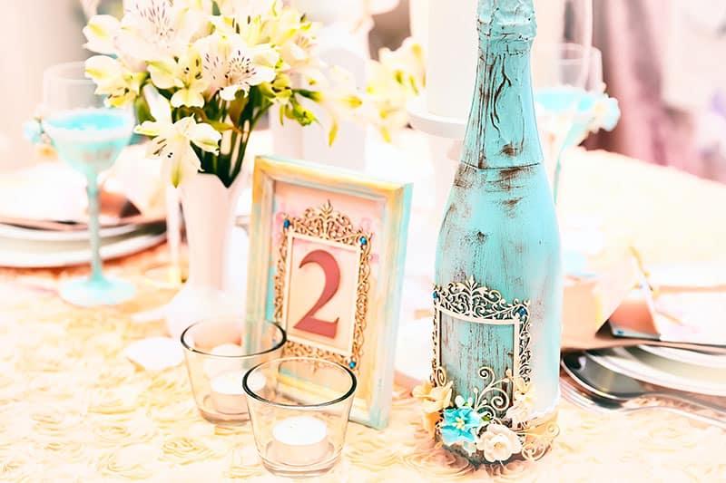 Fotos auf dem Tisch regen die Gäste zu Gesprächen an