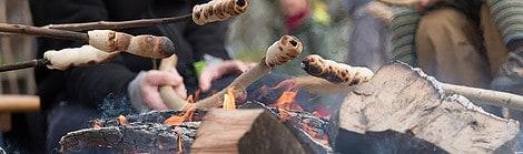 Stockbrot backen über dem offenen Feuer
