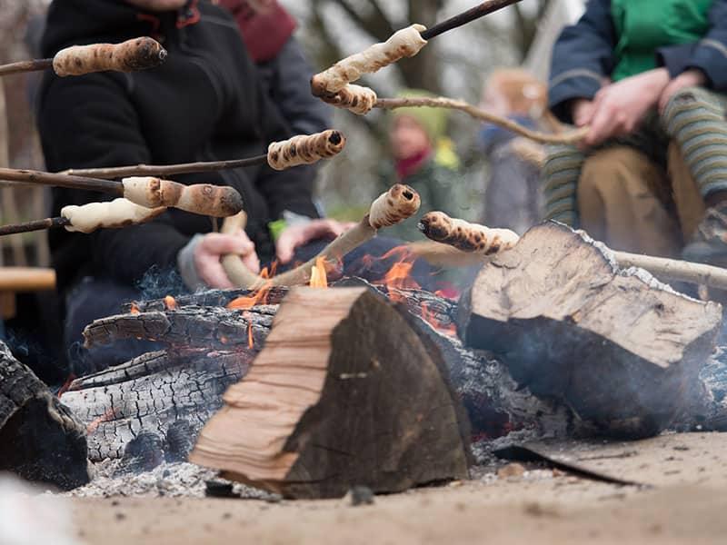 Der Stockbrot-Teig ist ganz schnell zubereitet, gebacken wird über dem offenen Feuer© lumendigital