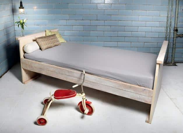Kinderbett aus recyceltem Bauholz GALON