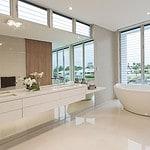 Aufwertung des modernen Badezimmers durch eine Badewanne