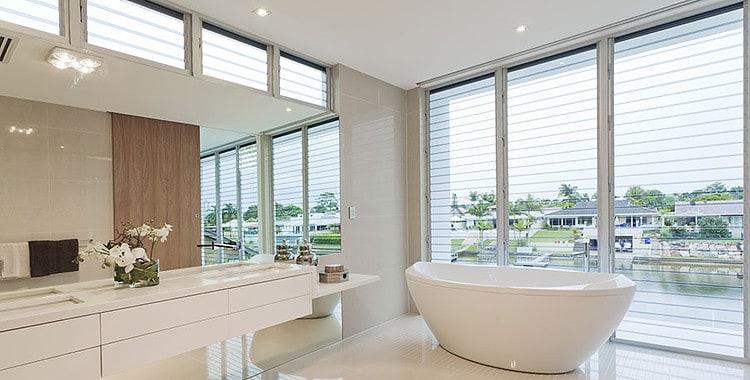 Die Badewanne macht ein modernes Badezimmer zur Wellnessoase