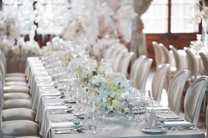 Schlichte Eleganz: weisse Blumen auf dem Hochzeitstisch©