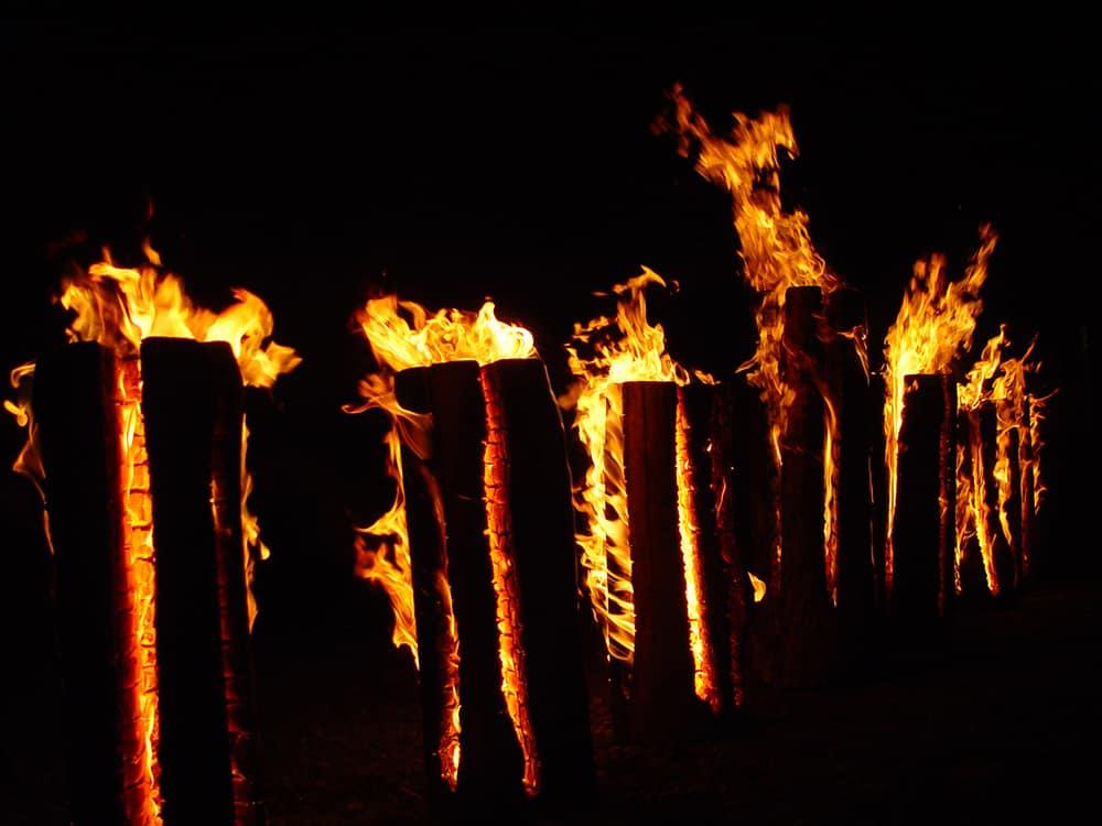 Einfache Schwedenfackeln aus Holz brennen einmalig ab