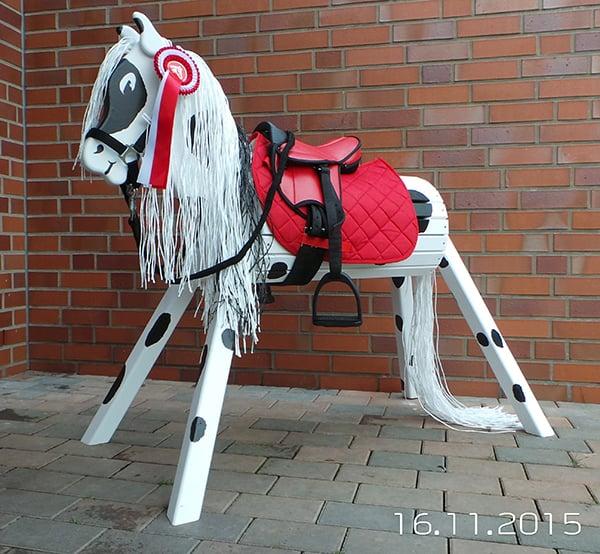 Das Voltigierpferd aus Holz von der designwerkstatt-kirk.de ist ganz und gar wetterfest