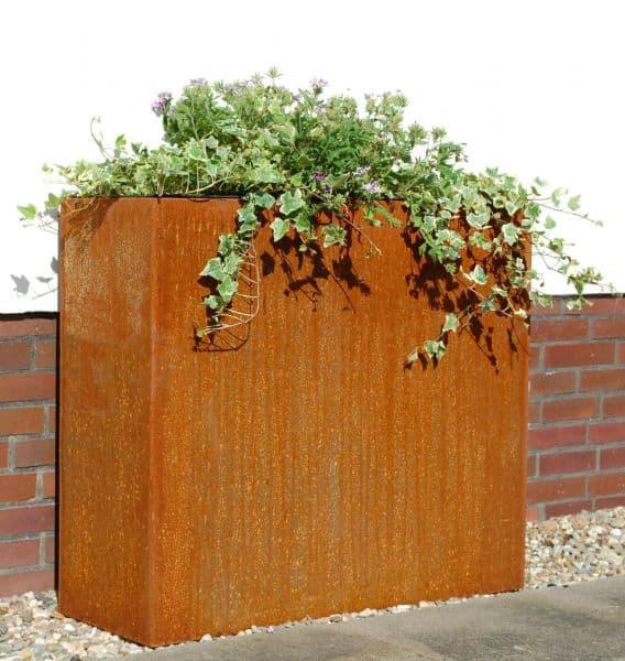 Ein Pflanzkübel in Rostoptik fügt sich harmonisch in Ihren Garten ein